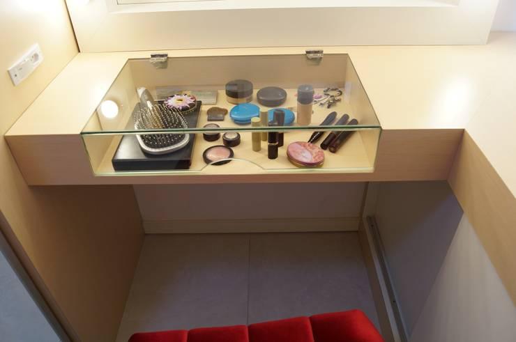 غرفة الملابس تنفيذ Catharina Quadros Arquitetura e Interiores