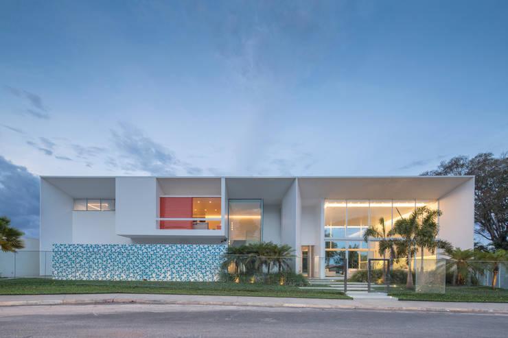 Vista Frontal da Rua:   por Carlos Bratke Arquiteto