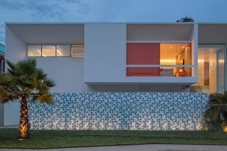 Detalhe Vista da Rua:   por Carlos Bratke Arquiteto