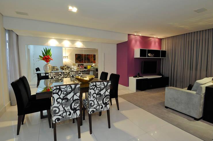 Vista geral Sala de Jantar com Espaço de Estar: Salas de estar  por Gislene Soeiro Arquitetura e Interiores