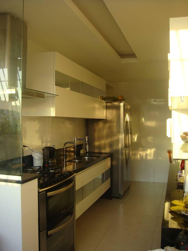 Cozinha Icaraí – Niterói – RJ  2011: Cozinhas  por Catharina Quadros Arquitetura e Interiores,