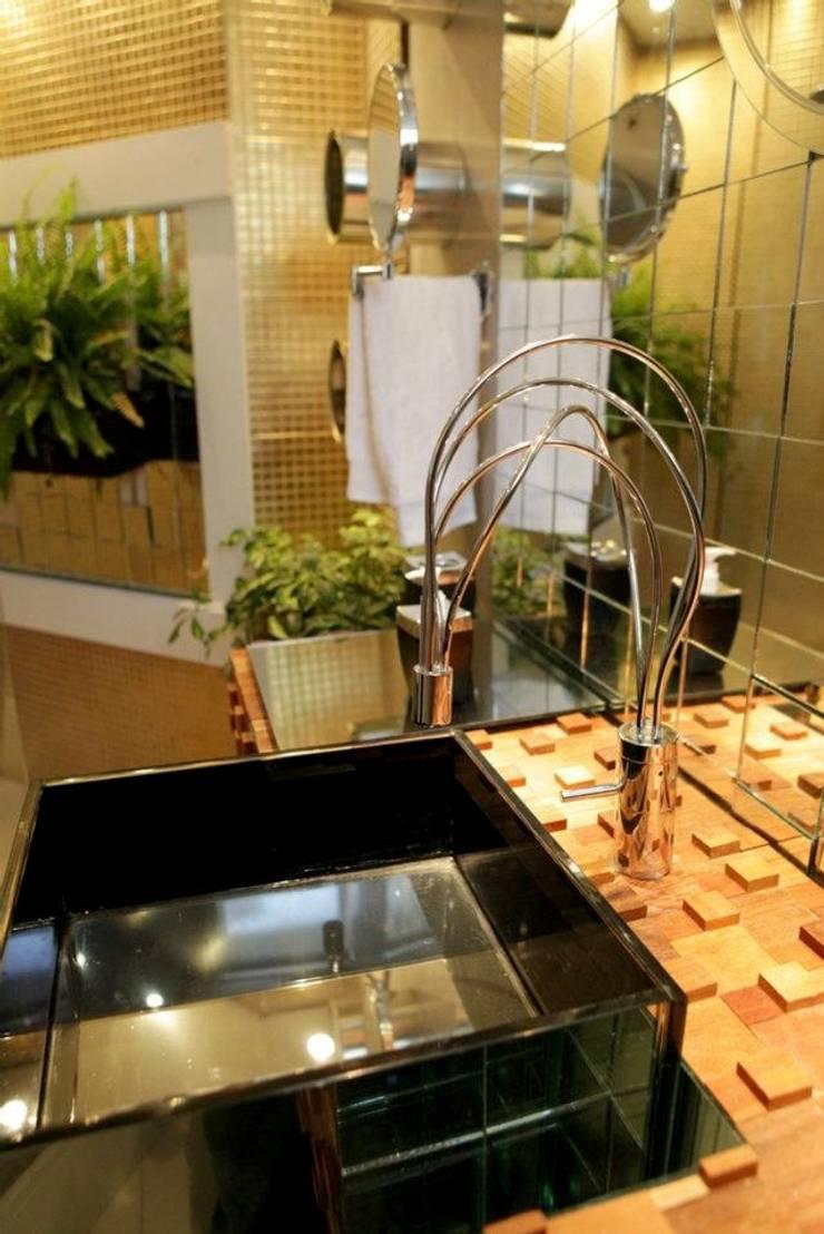 SUÍTE DO APARTAMENTO COMPACTO: Banheiros  por Estúdio Pantarolli Miranda - Arquitetura, Design e Arte