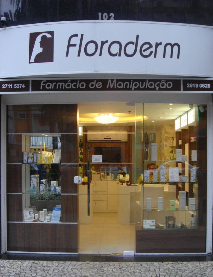Floraderm Farmácia de Manipulação - Icaraí - Niterói - RJ - 2012: Lojas e imóveis comerciais  por Catharina Quadros Arquitetura e Interiores