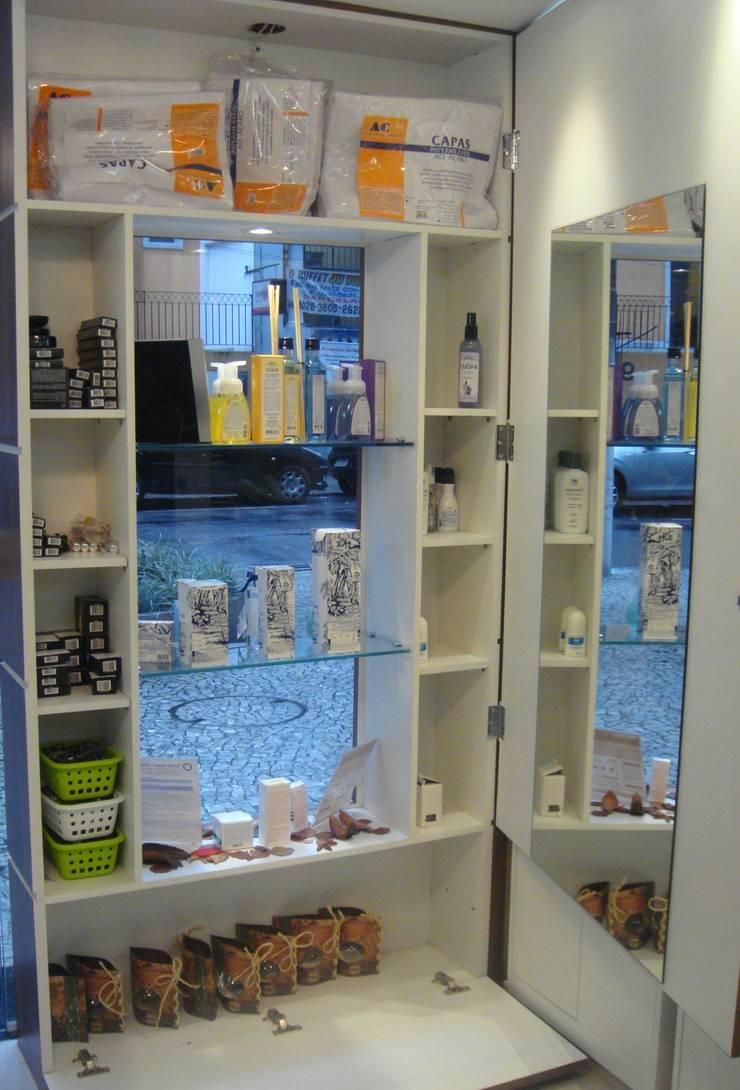 Floraderm Farmácia de Manipulação – Icaraí – Niterói – RJ – 2012: Lojas e imóveis comerciais  por Catharina Quadros Arquitetura e Interiores