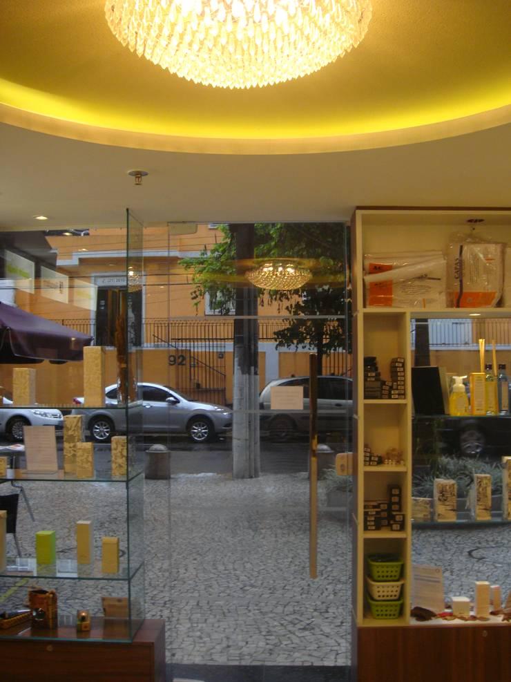 Locaux commerciaux & Magasins de style  par Catharina Quadros Arquitetura e Interiores,