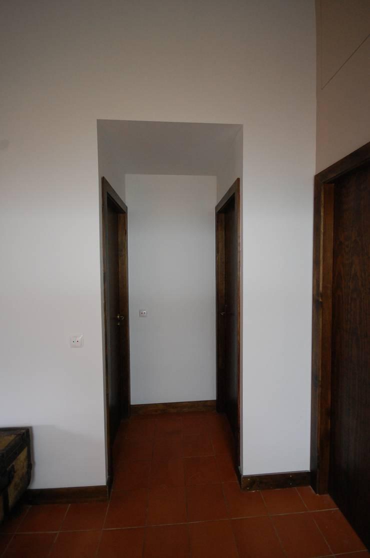 Reabilitação de Casa de Campo: Corredores e halls de entrada  por Borges de Macedo, Arquitectura.
