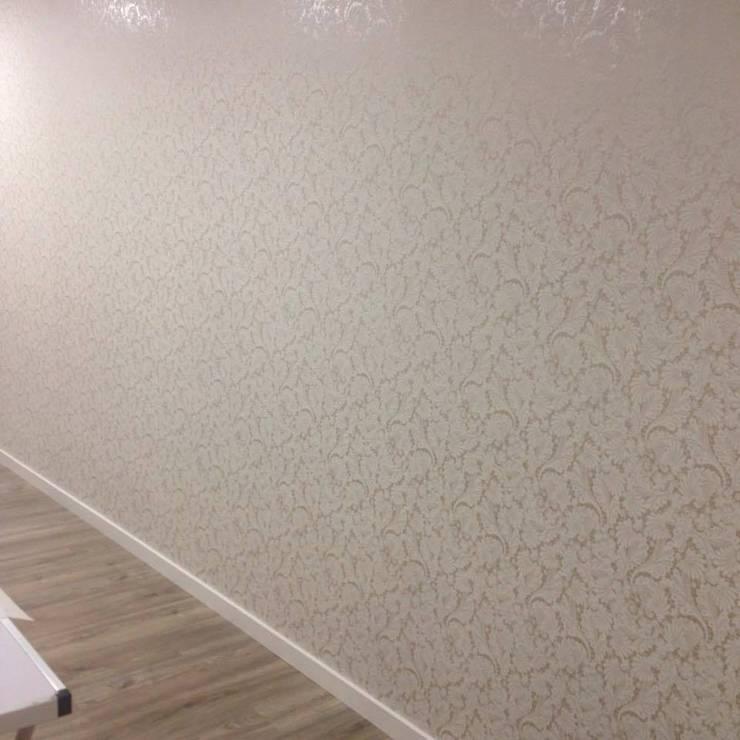 Novo Papel de parede, rodapé branco e chão flutuante: Lojas e espaços comerciais  por Andreia Louraço - Designer de Interiores (Contacto: atelier.andreialouraco@gmail.com)