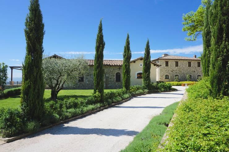 Villa a Poggio Pelliccione (PG): Case in stile  di Studio Zaroli