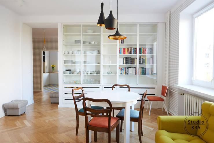 Mokotów 02: styl , w kategorii Salon zaprojektowany przez Studio R35,Skandynawski