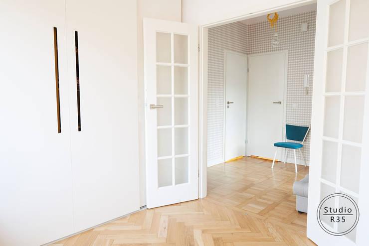 Mokotów 02: styl , w kategorii Korytarz, przedpokój zaprojektowany przez Studio R35,Skandynawski