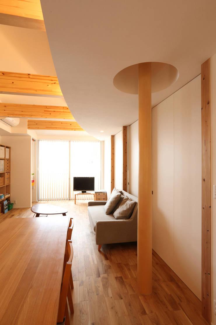 2階LDKの滑り棒: nano Architectsが手掛けたリビングです。