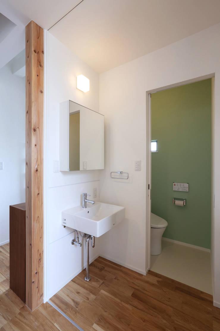 2階トイレと洗面: nano Architectsが手掛けた浴室です。