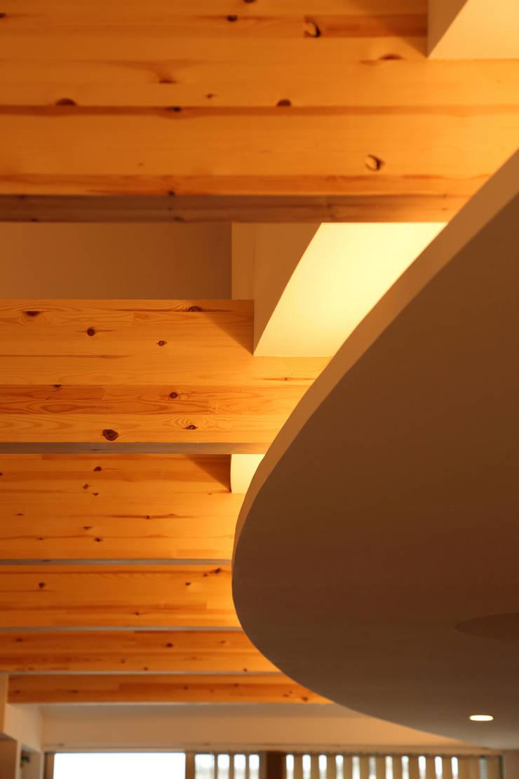 間接照明: nano Architectsが手掛けたリビングです。