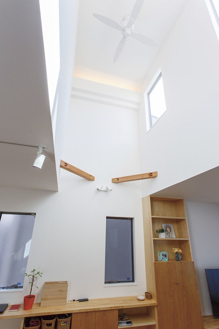 広いバルコニーのある家: 福島工務店株式会社が手掛けたリビングです。,