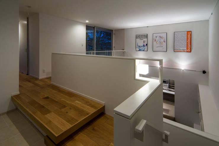 獅子ヶ口町の家: Kenji Yanagawa Architect and Associatesが手掛けた廊下 & 玄関です。