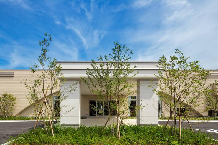 Family Hall Fukaya: 松原デザイン一級建築士事務所が手掛けた商業空間です。