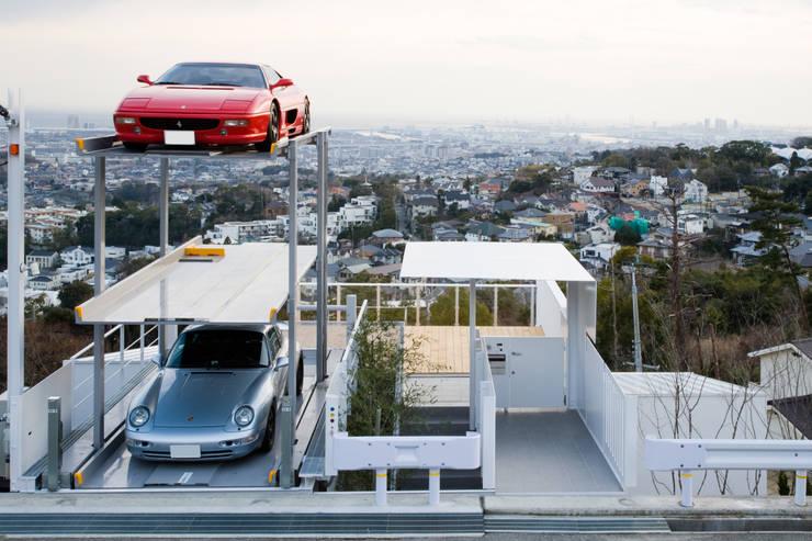 街路からの眺望を妨げない家: Kenji Yanagawa Architect and Associatesが手掛けたガレージです。