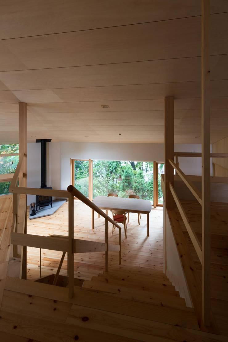 階段から見通す: キタウラ設計室が手掛けた廊下 & 玄関です。