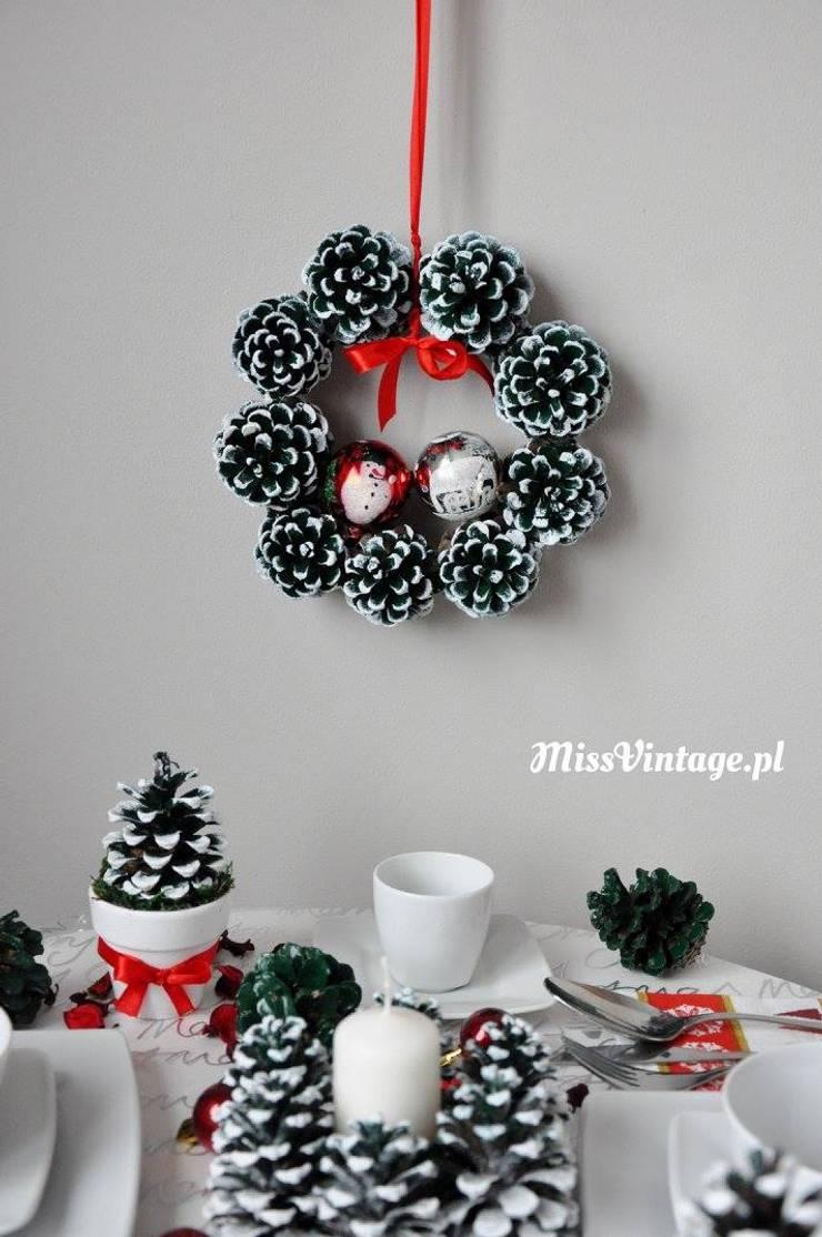 Świąteczny wianek z szyszek: styl , w kategorii Jadalnia zaprojektowany przez Miss Vintage