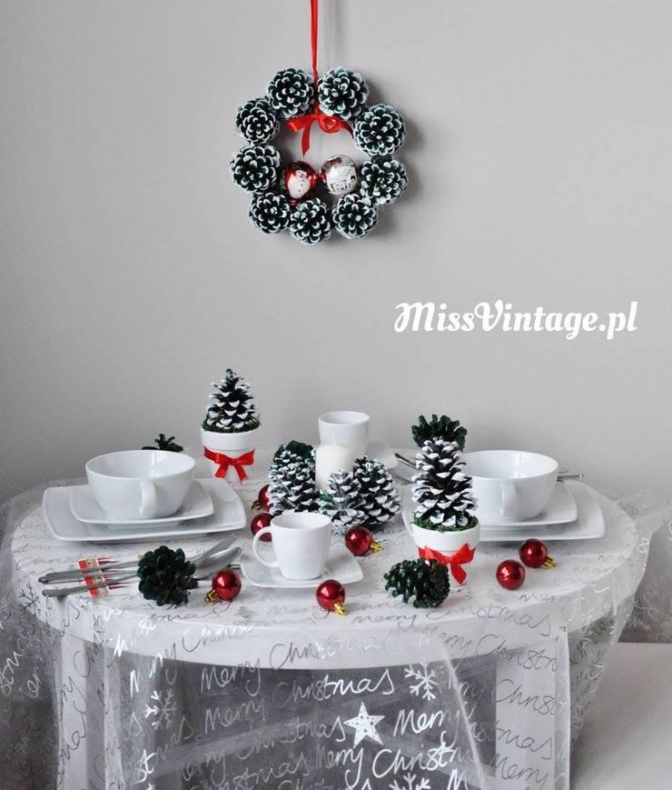 Świąteczny wianek z szyszek: styl , w kategorii Salon zaprojektowany przez Miss Vintage