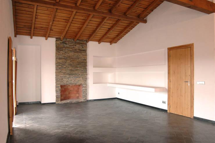 Habitação.Monte Alentejano I.Arraiolos: Salas de jantar rústicas por BL Design Arquitectura e Interiores