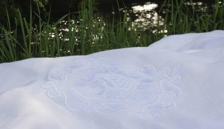 Bestickte Weiße Leinenbettwäsche: klassische Schlafzimmer von Comfybedlinen - Designer Leinen Bettwäsche