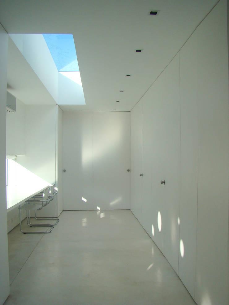 CASA EN OPEN DOOR: Estudios y oficinas de estilo  por MENEGHETTI ARQUITECTOS,