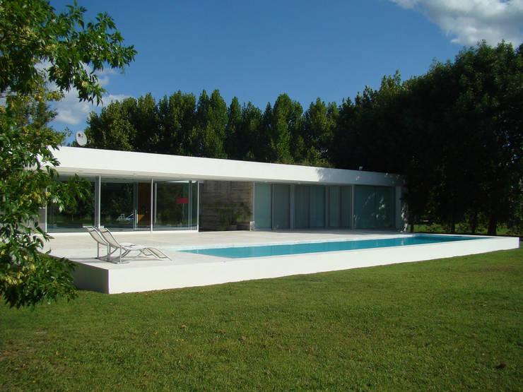 CASA EN OPEN DOOR: Casas de estilo  por MENEGHETTI ARQUITECTOS,