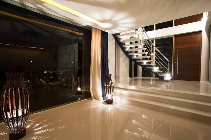 Residência Itajaí/SC : Corredores e halls de entrada  por LimaRamos & Arquitetos Associados