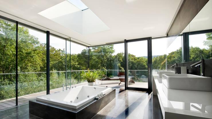 Einfamilienhaus in Hinterbrühl bei Wien: moderne Badezimmer von WUNSCHHAUS