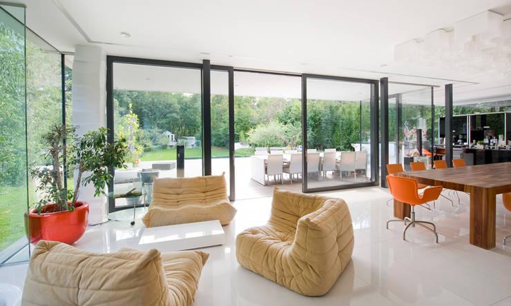 Einfamilienhaus in Hinterbrühl bei Wien: moderne Wohnzimmer von WUNSCHHAUS