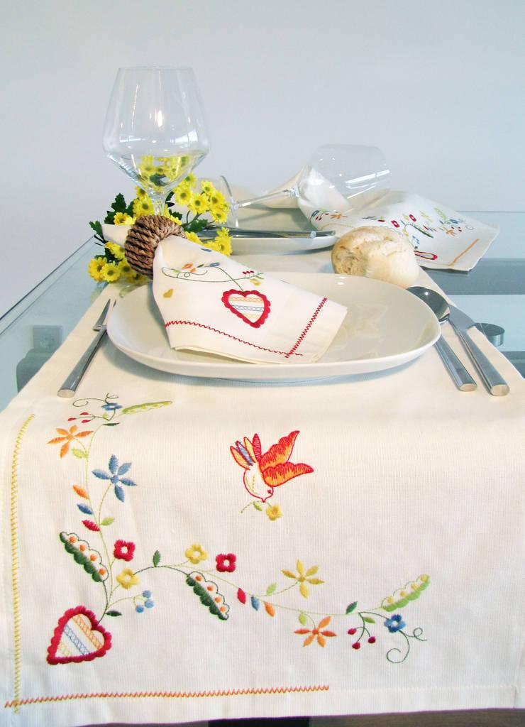 Inspirado no bordado dos namorados - naperon: Sala de jantar  por Suspiro d'Algodão