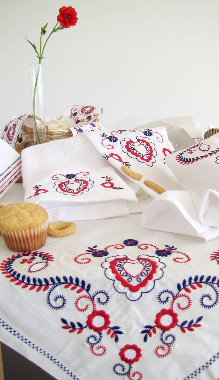 Inspirado no bordado de Viana - mesa e cozinha: Cozinha  por Suspiro d'Algodão