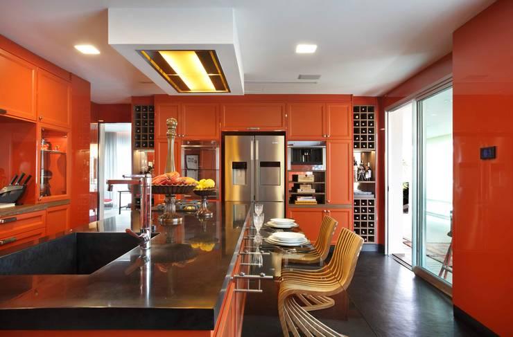 Cozinha com Varanda Gourmet: Espaços gastronômicos  por Caco Borges arquitetura e interiores,Clássico