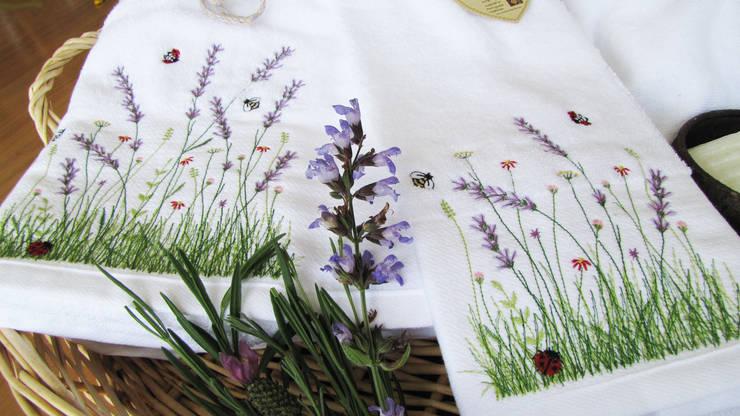 Florais inspiradores - alfazema: Casa de banho  por Suspiro d'Algodão