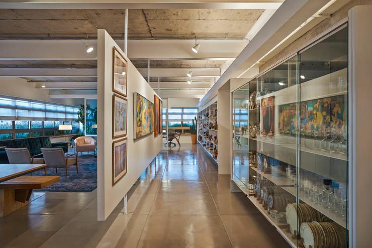 Galeria e Cristaleira: Corredores e halls de entrada  por Piratininga Arquitetos Associados