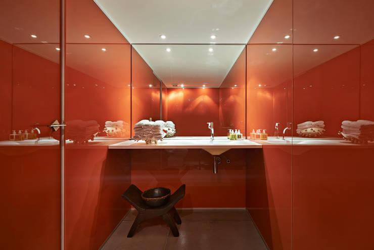 Baños de estilo minimalista por Piratininga Arquitetos Associados