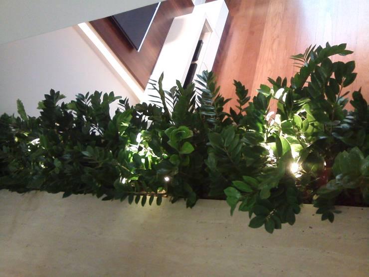 Floreira Interna -  piso Sala Jantar: Casas  por E F DESIGN.INTERIORES.PAISAGISMO