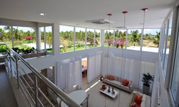 Vista do mezanino: Salas de estar  por Libório Gândara Ateliê de Arquitetura,