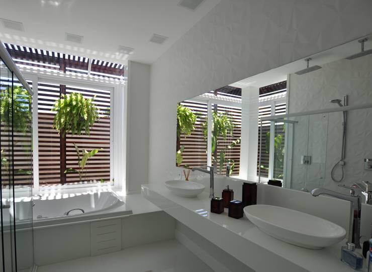 Banheiro suite Master: Banheiros  por Libório Gândara Ateliê de Arquitetura,