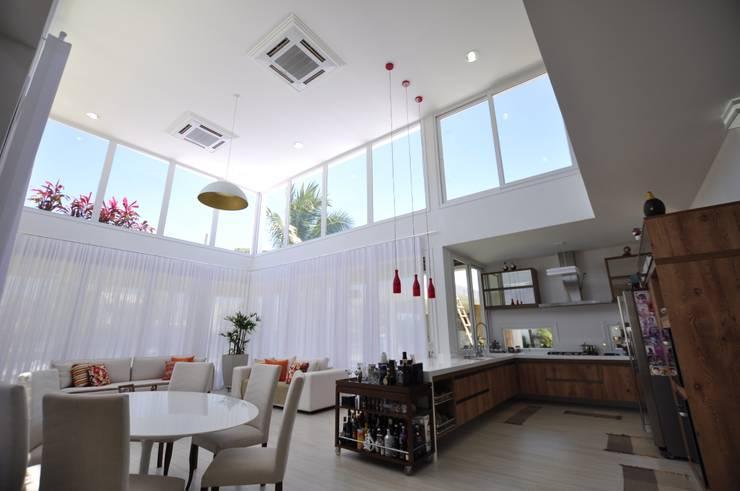Integração espacial: Cozinhas  por Libório Gândara Ateliê de Arquitetura,