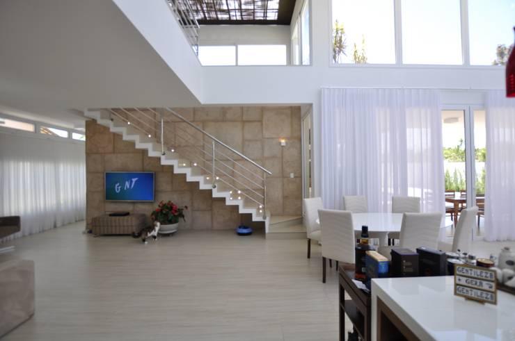 Escada escultórica: Corredores e halls de entrada  por Libório Gândara Ateliê de Arquitetura,