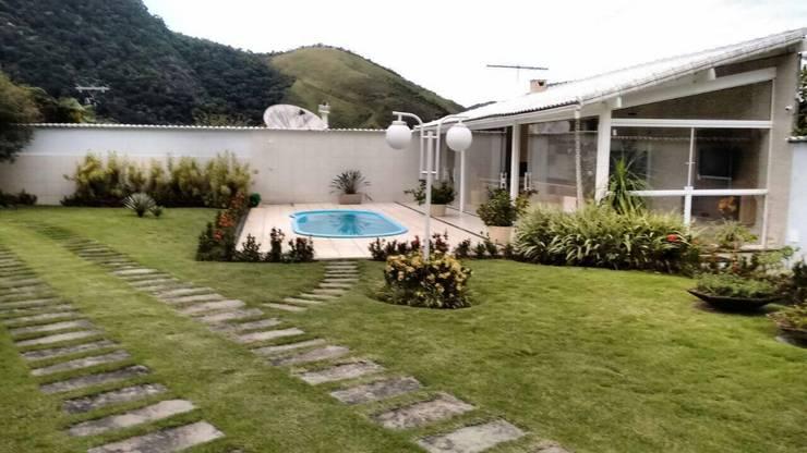 Vista do Jardim: Garagens e edículas  por Thaiad Pinna -Studio de Arquitetura e Interiores