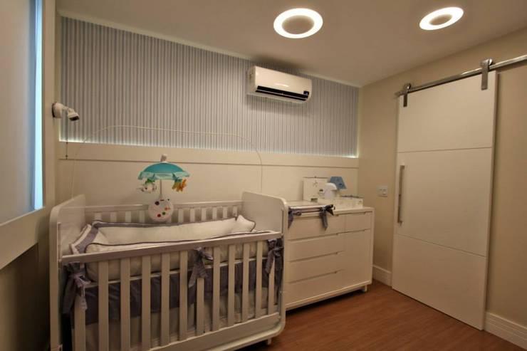 Quarto de bebê – Jardim Icaraí – Niterói – RJ: Quarto infantil  por Muniz e Gaby Interiores