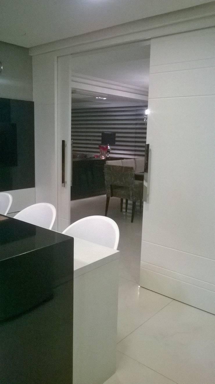 Cozinha Integrada a Sala de Estar e Jantar: Cozinhas  por Angela Ognibeni Arquitetura e Interiores