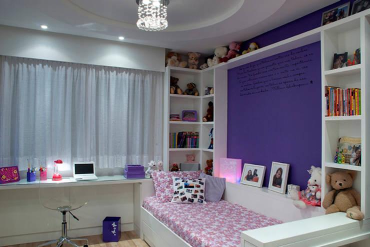 Dormitório Menina Adolescente: Quartos  por Angela Ognibeni Arquitetura e Interiores