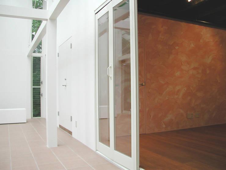 サンルームのある別荘: フナキサチコケンチクセッケイジムショが手掛けたテラス・ベランダです。,