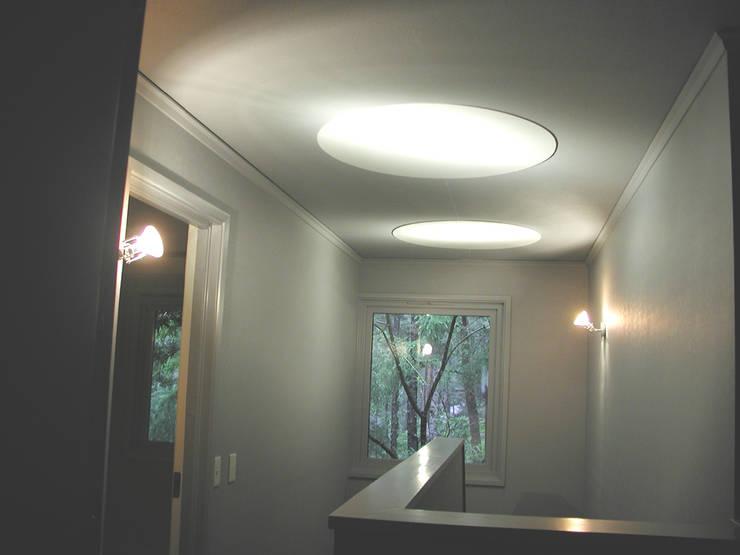 サンルームのある別荘: フナキサチコケンチクセッケイジムショが手掛けた廊下 & 玄関です。,