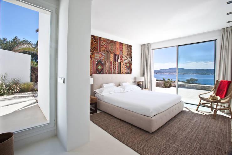 Camera da letto in stile in stile Mediterraneo di ANTONIO HUERTA ARQUITECTOS