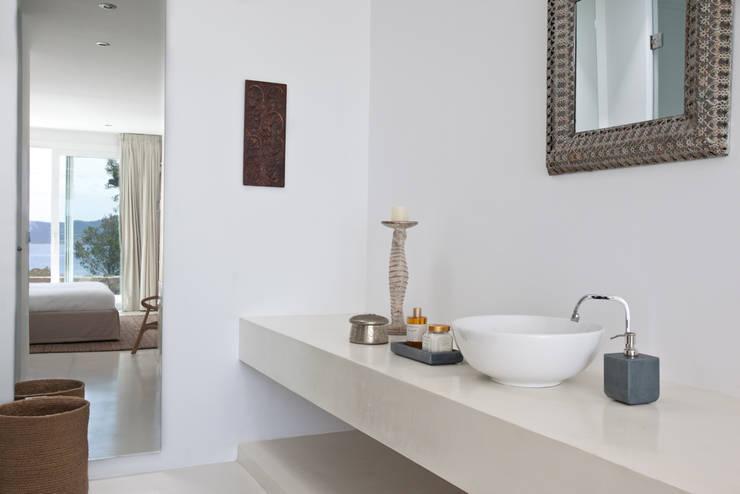 Bagno in stile in stile Mediterraneo di ANTONIO HUERTA ARQUITECTOS
